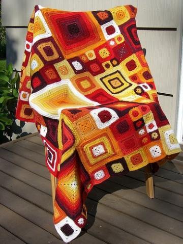 бабушкин квадрат.  Для вязания крючком яркого пледа или покрывала можно использовать остатки разного цвета пряжи. .